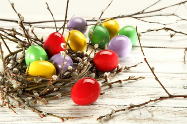 Huevos de Pascua de varios colores