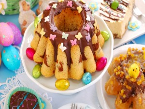 Pasteles dulces y huevitos de Pascua
