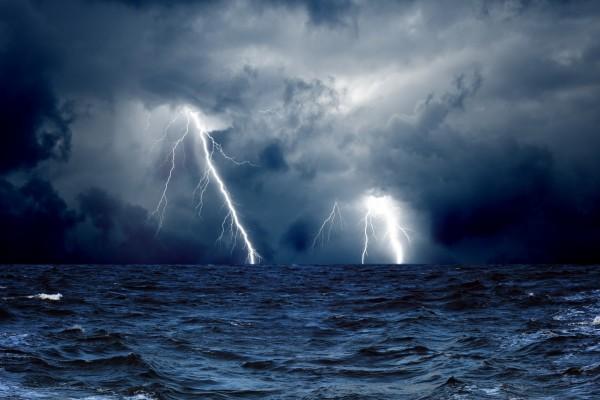 Tormenta con rayos sobre el mar