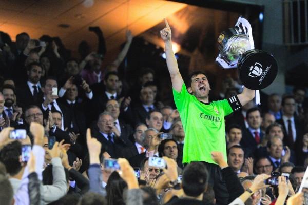 Casillas feliz, con la Copa del Rey 2014