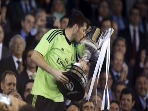 Iker Casillas, besando la Copa del Rey 2014