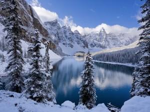 Nieve en las montañas y el lago