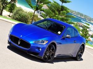 Postal: Maserati azul, en la costa