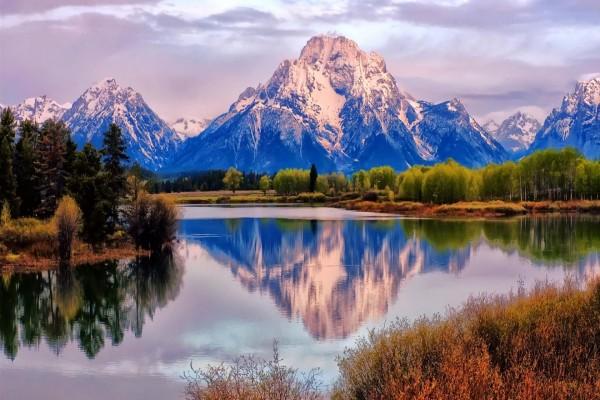 Montañas reflejadas, en las aguas tranquilas de un lago