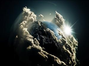 Postal: La Tierra entre nubes, iluminada por el sol