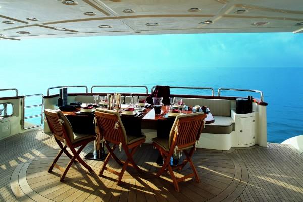 Yate de lujo, con la mesa preparada para comer