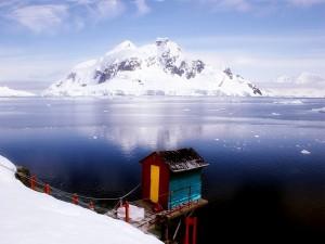 Postal: Preciosa montaña y una caseta de colores