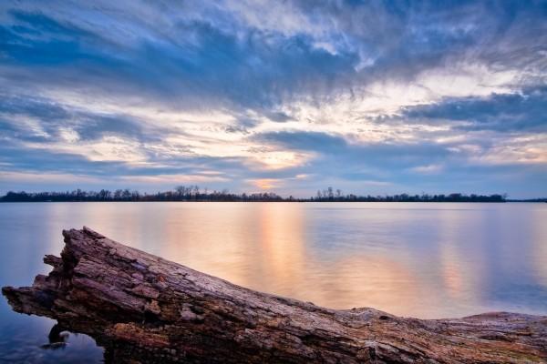 Un bonito atardecer en el lago