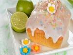 Pastel dulce y frutas cítricas