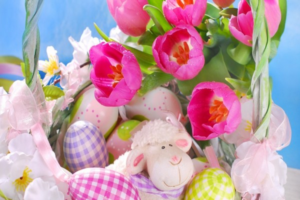 Canasta con tulipanes y huevitos de Pascua