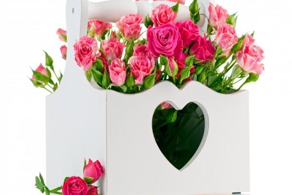 Canasto de madera con rosas