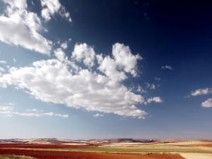 Nubes sobre el campo de cultivo