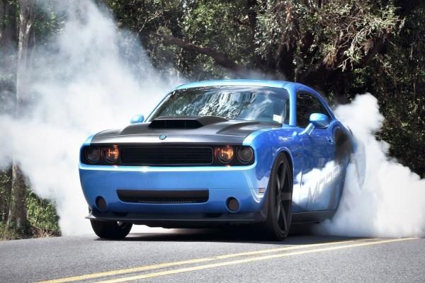 Coche y humo en la carretera