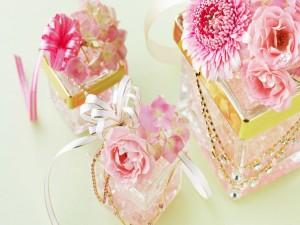 Postal: Flores, sobre cajas de cristal para regalar