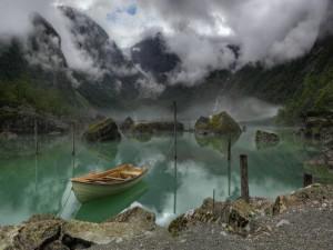 Lago Bondhus, debajo de la la niebla (Noruega)