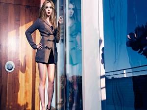 Scarlett Johansson, reflejada en el cristal