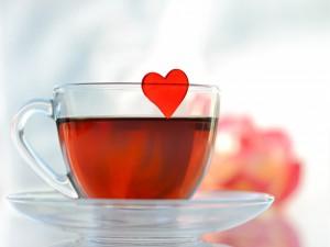Postal: Té y un corazón rojo