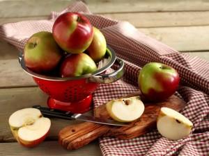 Postal: Manzanas sobre la mesa