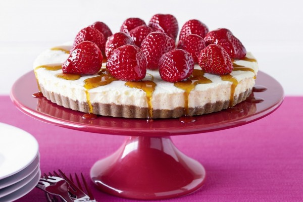 Tarta de queso, con fresas y miel
