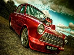 Postal: Un coche rojo en el campo