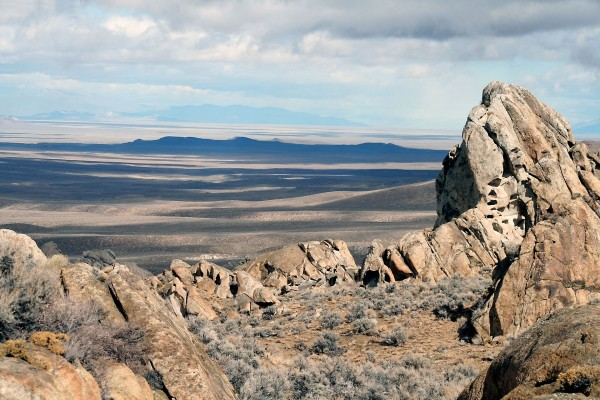 Contemplando la llanura, desde las rocas