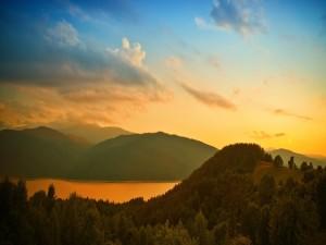 Postal: Vista del lago entre montañas, al atardecer