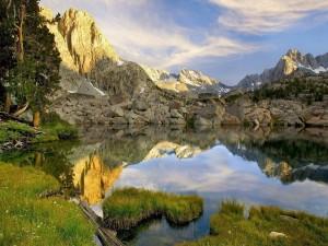 Pequeño lago, entre rocas y montañas