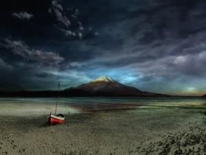 Barca solitaria en la arena