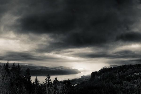 Paisaje de un río en blanco y negro