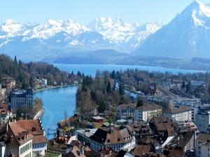 Vista de la ciudad y las montañas