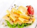 Rodajas de queso, lechuga y tomates
