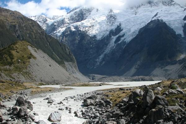 Río próximo a la montaña