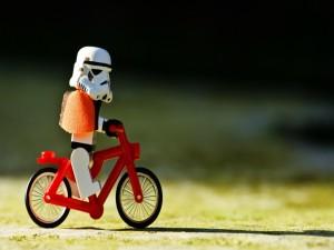 Soldado imperial, en bicicleta