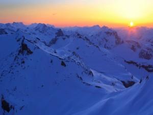 Postal: El sol del amanecer en las grandes montañas