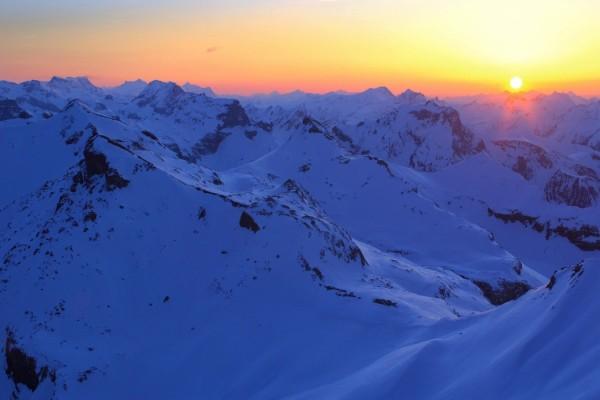 El sol del amanecer en las grandes montañas