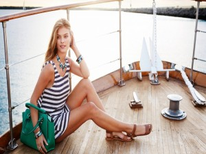 La modelo Nina Agdal, sentada en la cubierta del barco