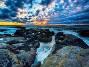 Preciosa vista del sol sobre la inmensidad del mar