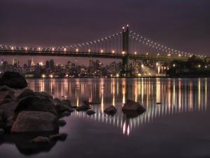 Un puente iluminado, a las afueras de la ciudad