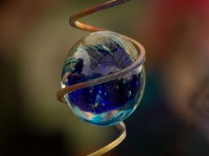 Esfera posada en un hierro