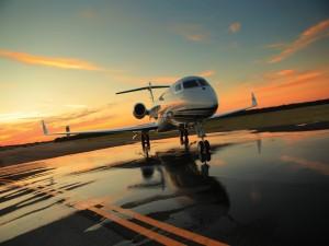 Postal: Avión en la pista mojada