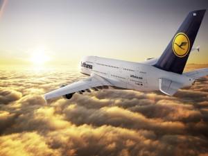 Avión Lufthansa, sobre las nubes y frente al sol