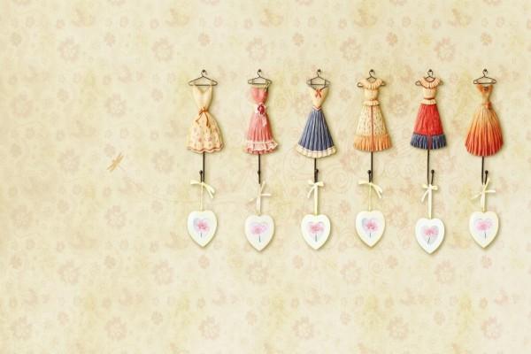 Perchas con pequeños vestidos