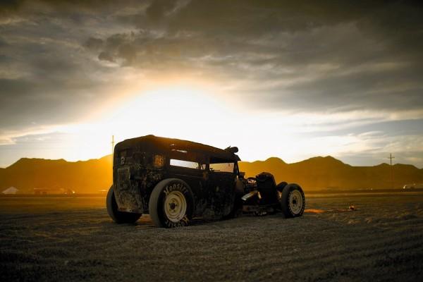 Antiguo vehículo en el campo