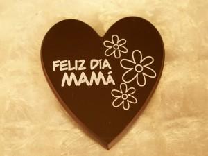 Postal: Feliz Día Mamá, en un corazón de chocolate
