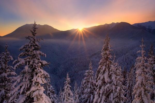 El brillo del sol, asomando en las montañas