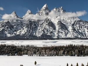 Precioso paisaje de montañas y nieve