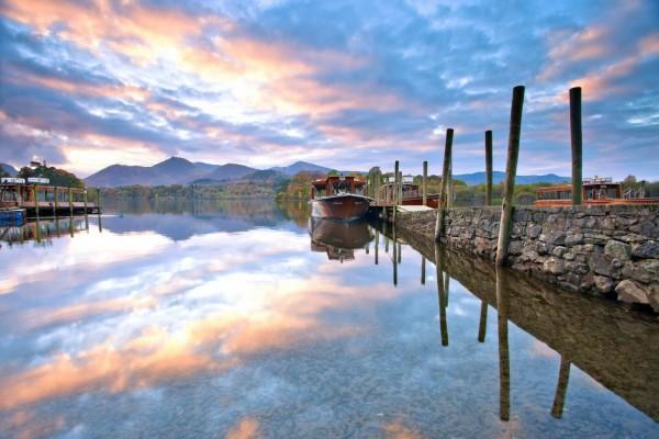 Barcos en las aguas tranquilas de un lago