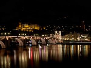 La noche en el puente Heidelberg (Alemania)