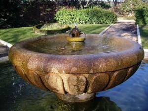 Una fuente de piedra en un jardín