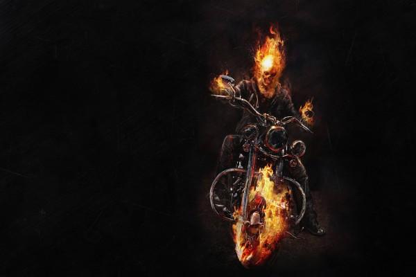 En moto y envuelto en llamas